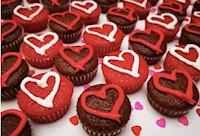 72 mini Cupcakes de chocolate y terciopelo rojo, con crema chantillí.