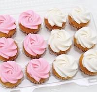 144 mini Cupcakes de chocolate y terciopelo rojo, con crema chantillí.