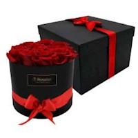 Sombrera negra con 12 cabeza de rosas rojas preservada